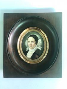 Miniatura sobre marfil con figura femenina, marco de palisandro.