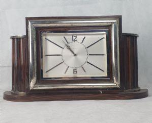 Orologio da tavolo con cornice in argento. Altezza 40 x 30 cm. circa.