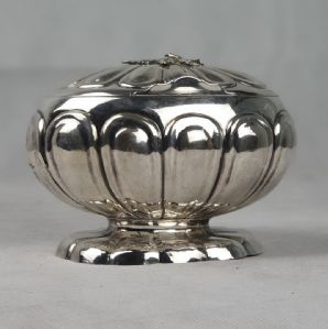 Scatola porta zucchero in argento (409 g.), punzone manifattura russa XIX Sec., 16 x 10 cm..