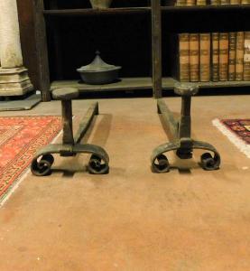 al191 - pair of iron firedogs, eighteenth century, cm l 20 xh 22 x p. 65