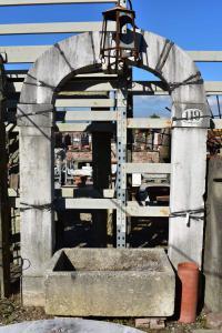 Portale ad arco in pietra chiara