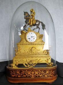 Orologio in bronzo dorato con particolare carillon con passaggio ore e mezze, con campana in vetro originale venduto a Trieste, 1830. Altezza 68 x 45 cm. con campana.
