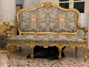 Золотой деревянный диван.