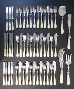 Servizio di posate composto da 51 pezzi in argento F. NICOUD e 21 pezzi in acciaio, manici in madreperla. Parigi, 1880 ca