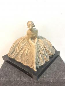 Terrakotta-Skulptur mit Holzsockel, die eine sitzende Dame darstellt. Manufaktur Cacciapuoti. Milan