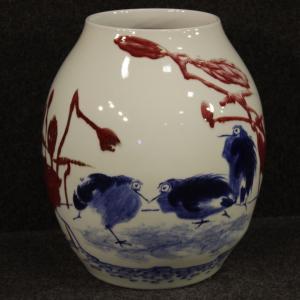 Vaso cinese in ceramica dipinta con decori floreali e animali
