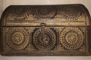 Casket in engraved and gilded leather