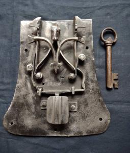 Bela fechadura do baú do século XV-XVI de Trentino