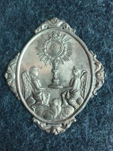 Pestaña de latón para placas que representan a dos ángeles con una custodia. Hermandad de los ángeles y el Santísimo Sacramento. Génova