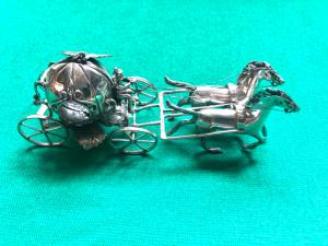 Carruagem de prata em forma de abóbora com cocheiro e dois cavalos Itália.