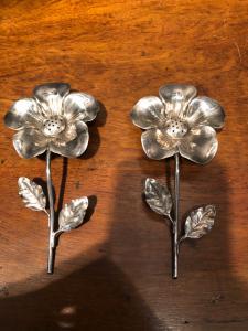Coppia di saliere in argento a forma di fiore.Italia.