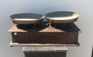 Bilancia in legno di noce con piatti in ottone.Sigla manifattura :Boni Alfonso e figli.Modena.