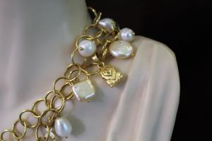 Catena chanel con ciondoli di perle bianche medaglia