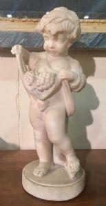 Sculpture d'un enfant dans le marbre 800
