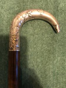 Bastone con impugnatura in argento con decoro a ghiande e foglie di quercia.