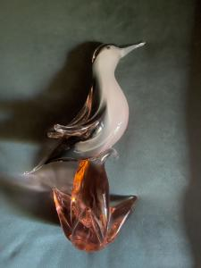 鸟与沉没的重型玻璃底座。弗拉维奥·波利 (Flavio Poli) 为 Seguso Vetri d'Arte。