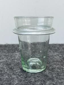 Аптечная баночка из легкого выдувного стекла с вывернутым краем.