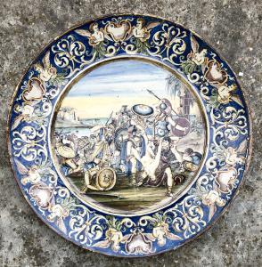 Grande piatto in maiolica con scena istoriata di battaglia.Siena.