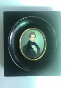 Miniatura sobre marfil con figura masculina, marco de madera ebonizada.