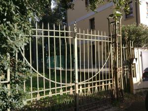 cancello in ferro battuto con colonne