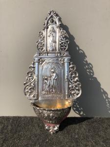 Acquasantiera in argento traforata con scena di annunciazione,Madonna,cherubini e girali fogliate.Germania.