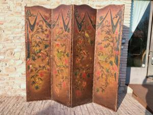 十八世纪下半叶,意大利中部,皮革制成的贵重摊位上涂有花卉,水果和动物的图案