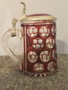 带有邮票装饰的波西米亚biedermeier杯子。