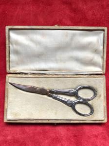 Forbice in argento con decoro art-nouveau.Punzonata.Scatola originale.