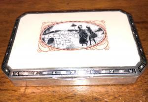 与英勇场面的银和搪瓷烟盒法国。