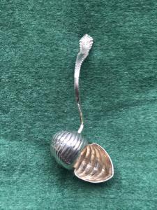 Colino da te' in argento a forma di guscio di lumaca.Italia.