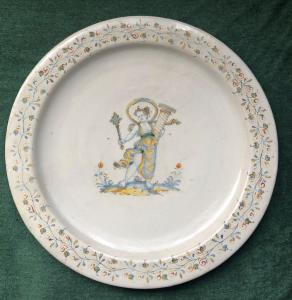Grande piatto in maiolica a decoro compendiario.Manifattura di Domenico Mancini (il frate).Deruta.