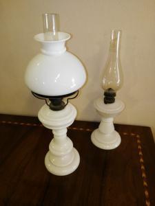 Zwei weiße Opallöllampen, 19. Jahrhundert