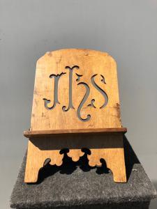 Atril ajustable en madera tallada y dorada con motivo IHS de San Bernardino.