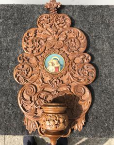 Acquasantiera in legno scolpito con motivi vegetalistilizzati e miniatura su avorio Madonna con Bambino.