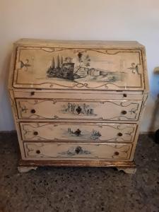 Ribaltina laccata e dipinta con paesaggi veneziani epoca prima metà 1800  l93xp45xh101 con dorature e decori garanzia termini di legge