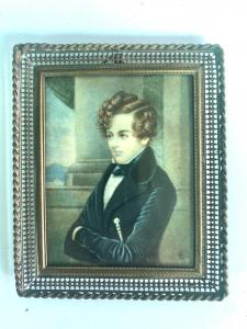 Miniatura sobre marfil con figura masculina, marco perforado en latón.
