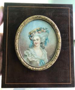 Miniatura de marfil que representa una figura femenina.Firma: G.Fremont, Francia.