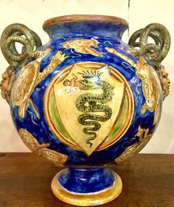 Vaso globular de brilho metálico decorado com troféus em estilo casteldurante com encaixes de cobra e mascarão. Assinado e datado de 1881.Angelo Minghetti, Bologna.