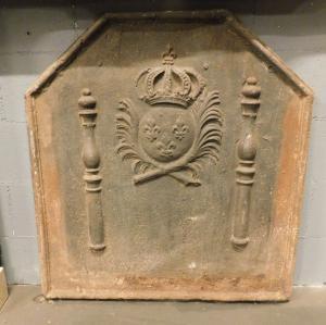 p028 - piastra in ghisa con stemma e colonne, misura cm l 84 x h 90