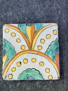 Piastrella-formella in maiolica  o decoro floreale stilizzato.Caltagirone,Sicilia.