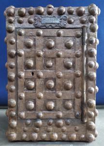 Cassaforte in ferro borchiato