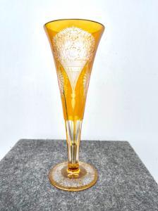 Ummantelte und gemahlene böhmische Vase mit Blumenmotiven.
