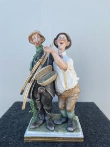 Gruppo in porcellana policroma raffigurante scena comica con due pescatori.Giuseppe Cappe'.