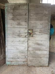 Antigua puerta con dos puertas