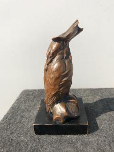 Escultura de terracota cubierta en cobre con baño galvánico que representa el pájaro Kingfisher, Italia, firmado.