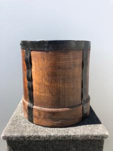 Деревянный контейнер для сбора фруктов с металлическими опорами и надписью: двойной декалитр. Франция.