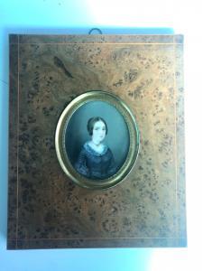 Miniatura sobre marfil con figura femenina, marco de brezo.