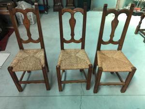 与秸杆的三把白肤金发的核桃椅子盖了位子。