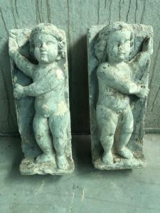 Coppia di sculture in gesso raffiguranti fanciulli.