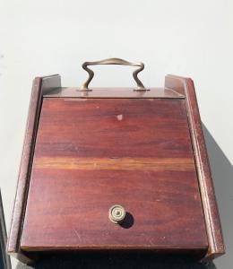 Древесный шкаф из красного дерева.